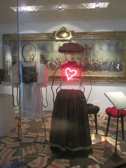 museumsblog: Figurine mit Bollenhut im Bad. Landesmuseum